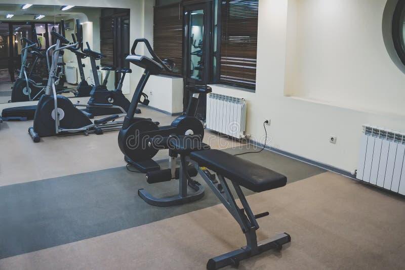 健身大厅的内部 体育的各种各样的健身房在一间小家庭健身房 库存照片