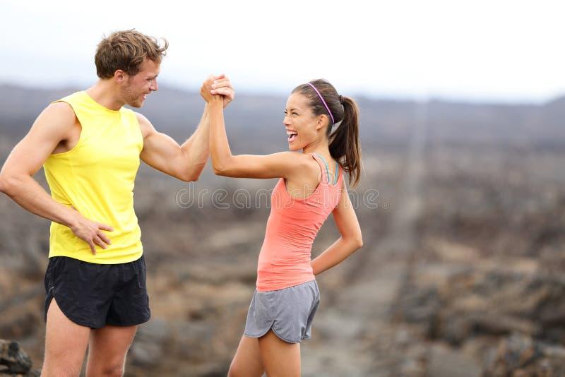 健身夫妇庆祝快乐和愉快 免版税库存照片