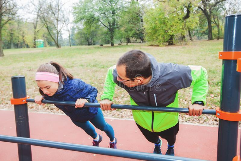 健身夫妇锻炼在秋天公园的早晨 库存照片