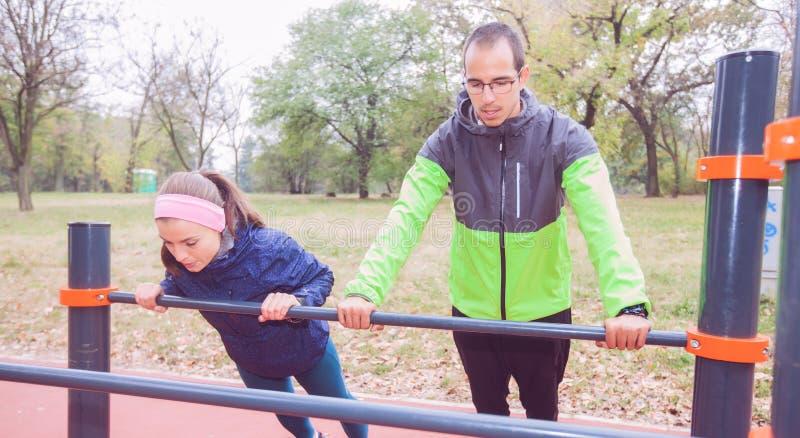 健身夫妇锻炼在秋天公园的早晨 免版税图库摄影
