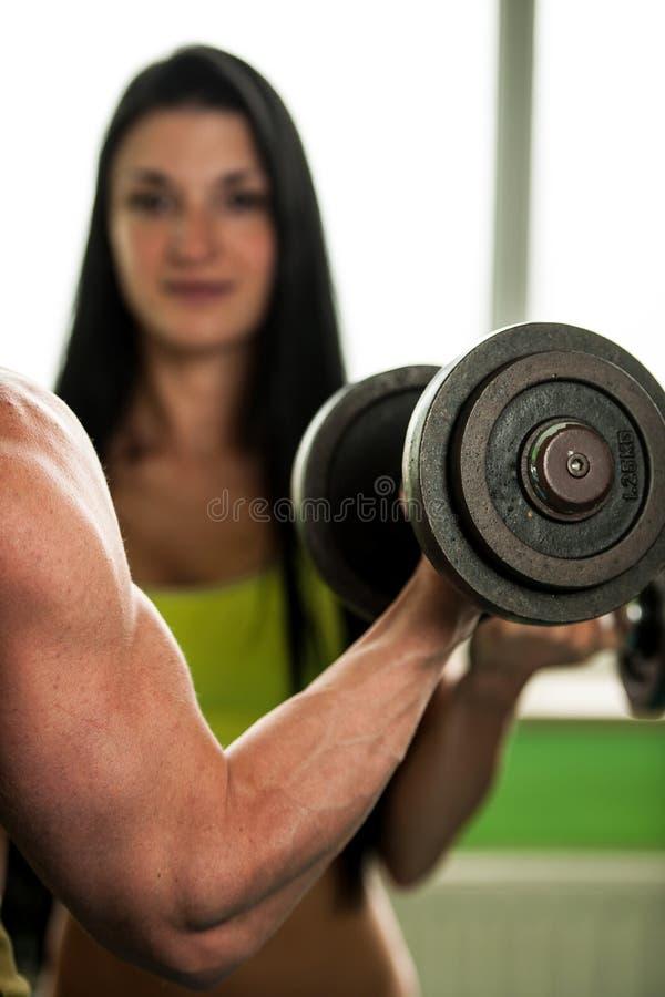 健身夫妇锻炼-适合的男人和妇女在健身房训练 库存图片