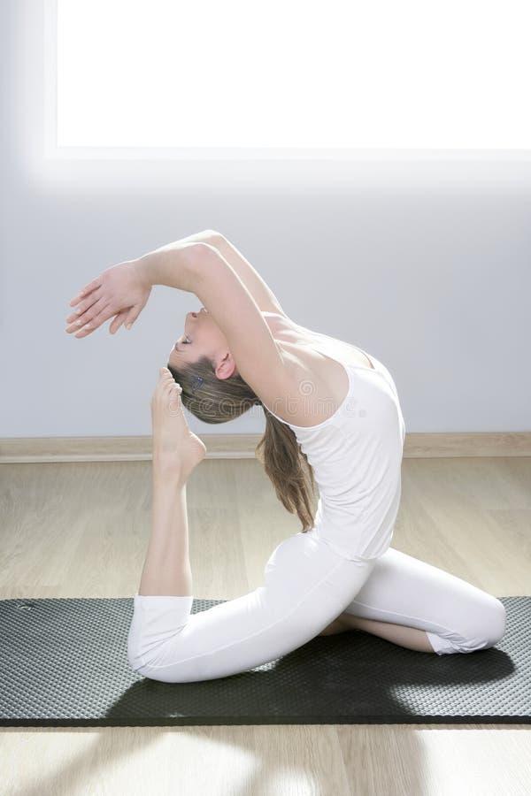 健身女孩体操凝思白人妇女瑜伽 免版税库存照片