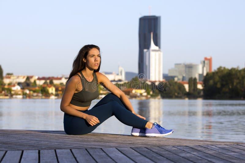 健身女孩佩带的绑腿和运动鞋 图库摄影