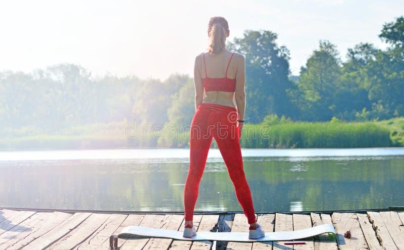 健身女孩室外训练背景 库存照片
