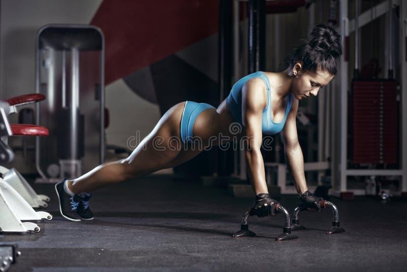 健身妇女做在健身房增加 图库摄影