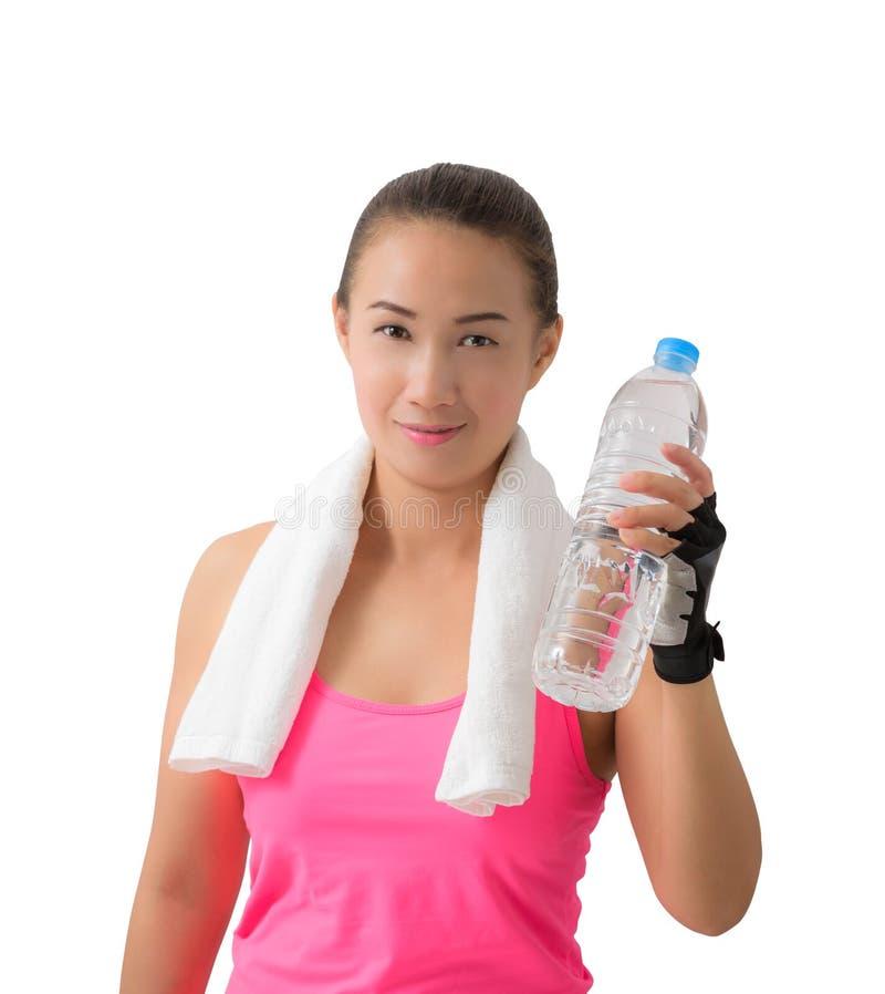 健身妇女愉快的微笑的举行的水瓶 免版税图库摄影