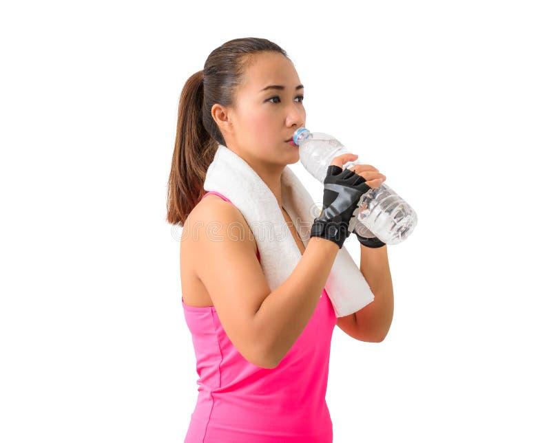 健身妇女愉快的微笑的举行的水瓶瓶和drin 图库摄影