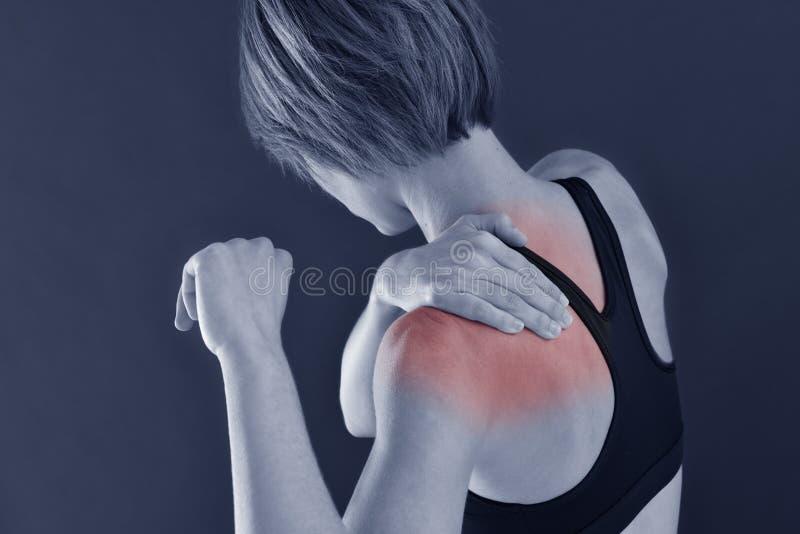 健身妇女特写镜头充满肩膀痛苦的 免版税库存图片