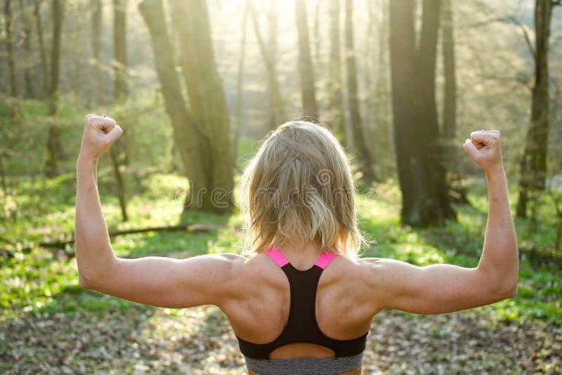 健身妇女,准备年轻美丽的嬉戏的女孩跑 免版税库存图片