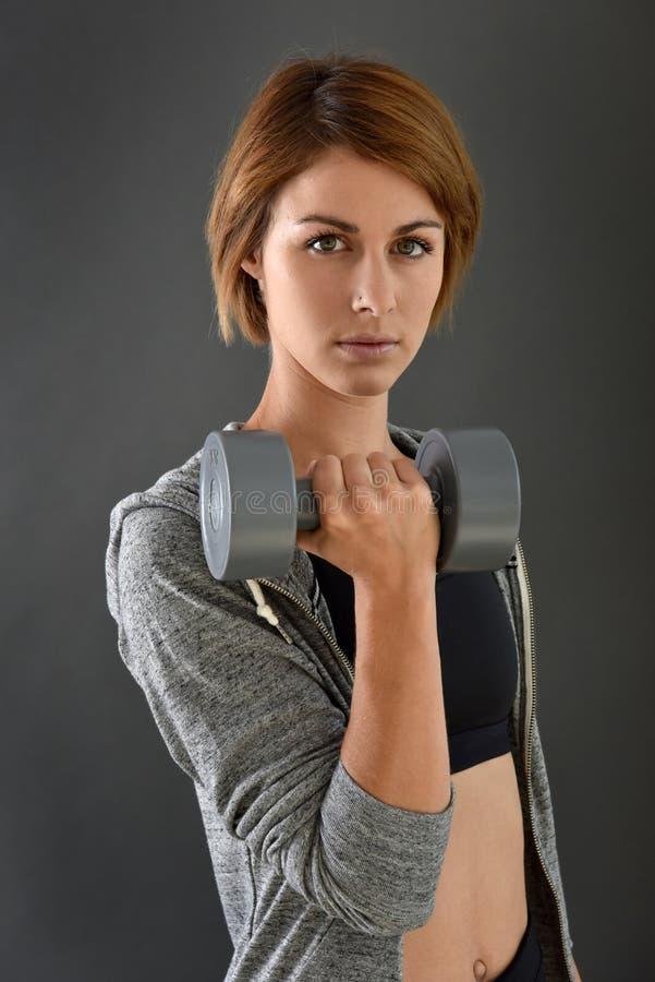 健身妇女lfting的哑铃画象  图库摄影