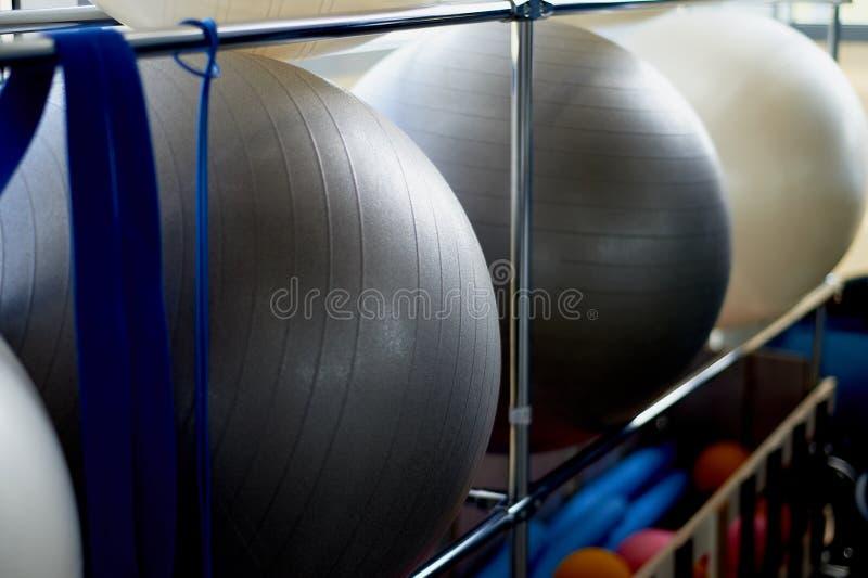 健身室 一些行使在机架的球 健康生活方式和体育 免版税图库摄影