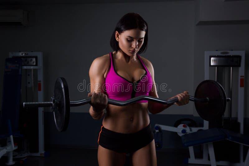 健身房举的重量的妇女 免版税库存照片
