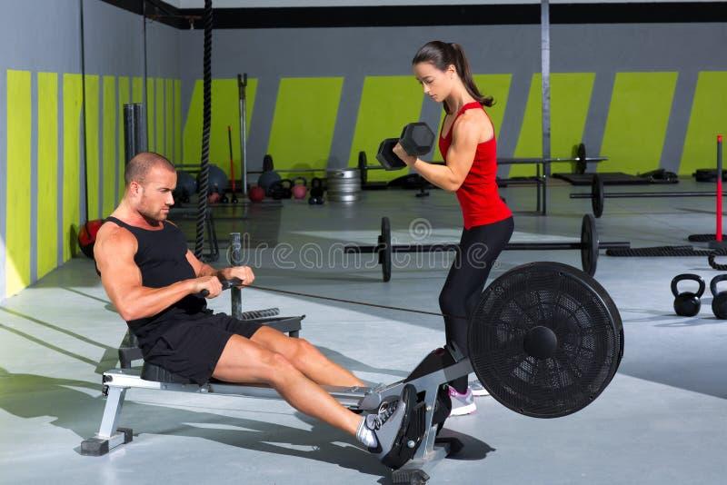 健身房加上哑铃重量和健身划船者 免版税库存照片
