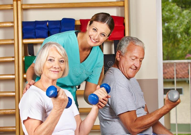健身房执行的高级人 库存图片
