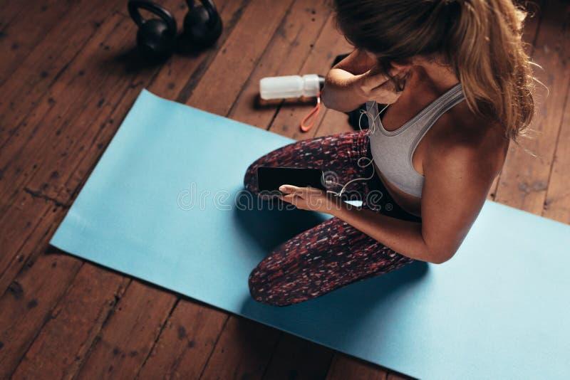 健身房的健身妇女听到音乐的 图库摄影