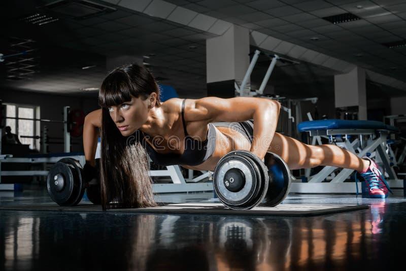 健身房的女孩 免版税库存照片