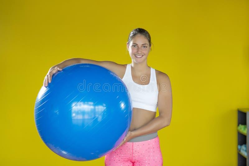 健身房的妇女与pilates球 库存照片