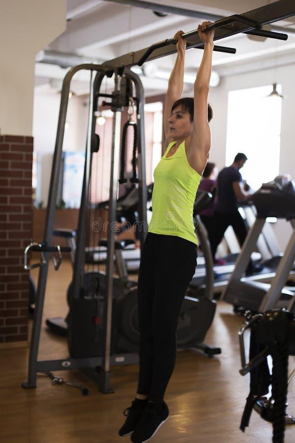 健身房的妇女,震动在酒吧的新闻 免版税库存图片