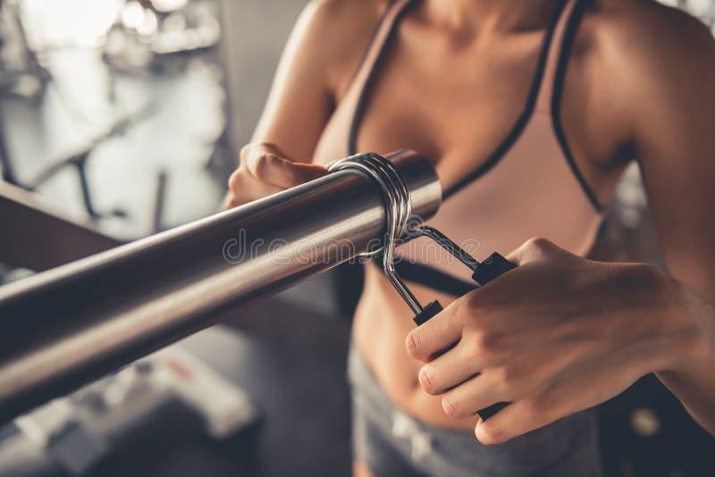 健身房的妇女 免版税图库摄影