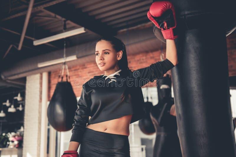健身房的妇女 免版税库存图片