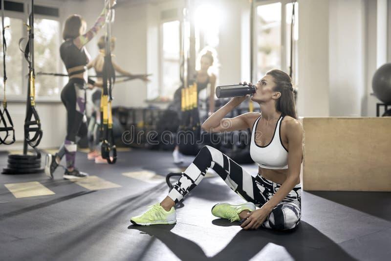 健身房的嬉戏女孩 免版税图库摄影
