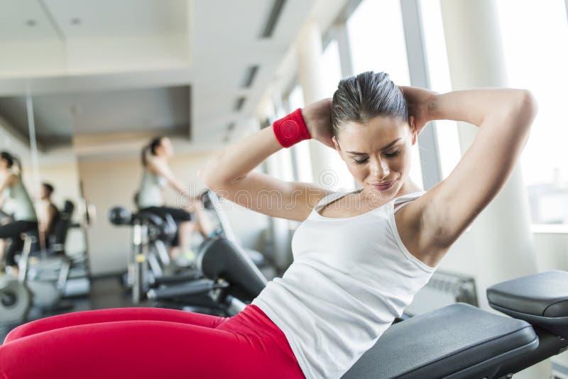 健身房的少妇 免版税图库摄影
