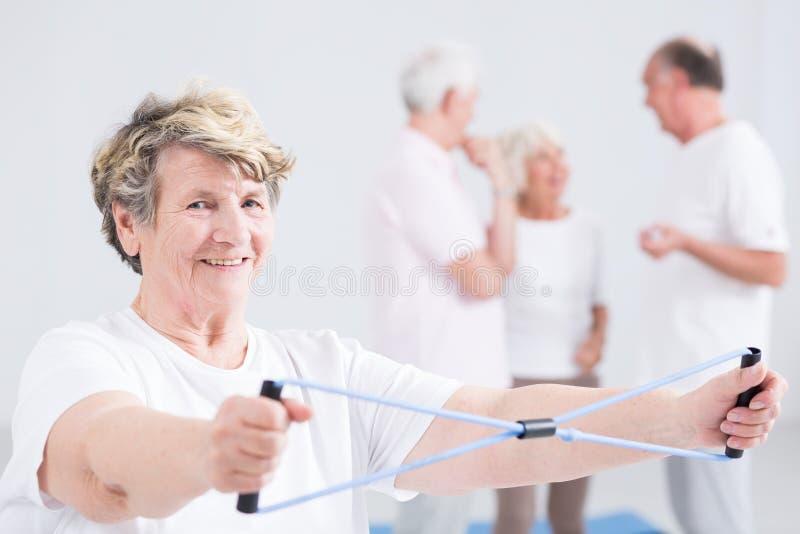 健身房的微笑的妇女 库存图片