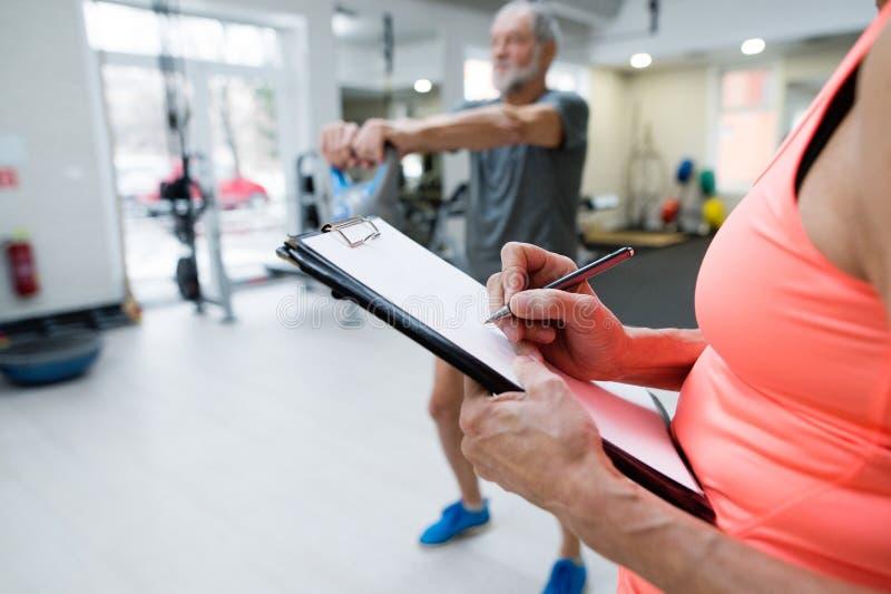 健身房的老人解决与kettlebell的 免版税库存照片