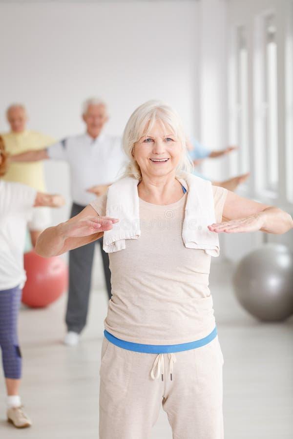 健身房的老妇人 库存照片