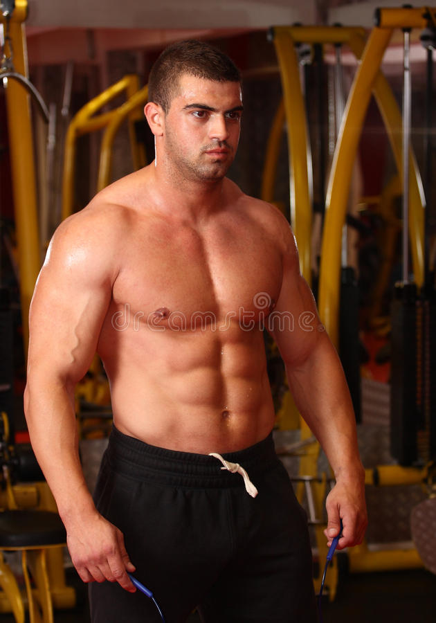 健身房的肌肉人 免版税图库摄影
