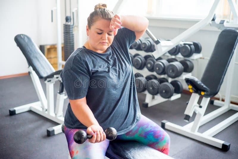 健身房的肥胖女孩 免版税库存图片