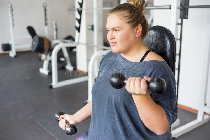 健身房的肥胖女孩 免版税库存照片