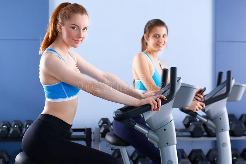 Download 健身房的行使在十字架的人 库存照片. 图片 包括有 人们, 田径服, 锻炼, 亭亭玉立, 人员, 女孩, 重量 - 62527394