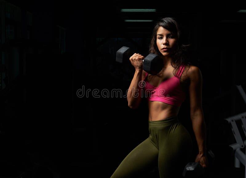 健身房的西班牙女孩 免版税库存图片