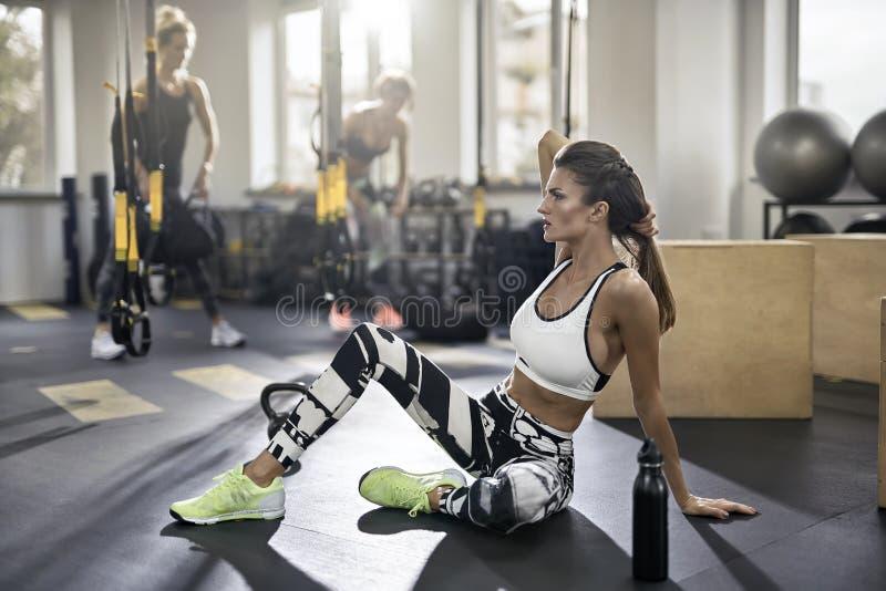 健身房的运动女孩 免版税库存图片