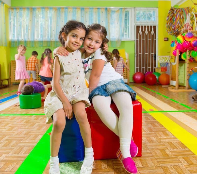 健身房的逗人喜爱的孩子 免版税图库摄影