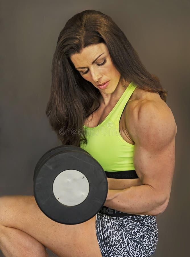 健身房秀丽为锻炼做准备 免版税库存照片