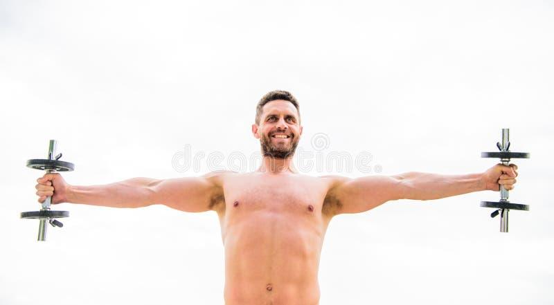 健身房锻炼 锻炼健身体育 E 获取更多肌肉的忙碌 健康头脑在身体健康中 ?? 库存图片