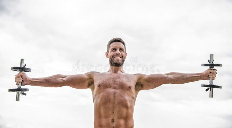 健身房锻炼 锻炼健身体育 E 获取更多肌肉的忙碌 健康头脑在身体健康中 ?? 免版税图库摄影