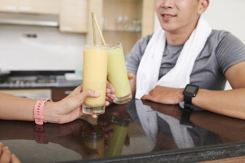 健身房饮用的蛋白质鸡尾酒的人们 免版税图库摄影