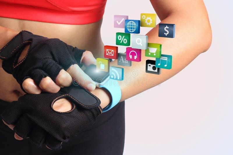 健身有佩带的表带触摸屏幕smartwatch的妇女手 库存图片