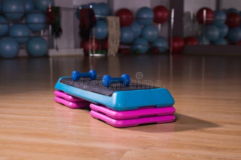 健身有氧步进在健身房 免版税图库摄影