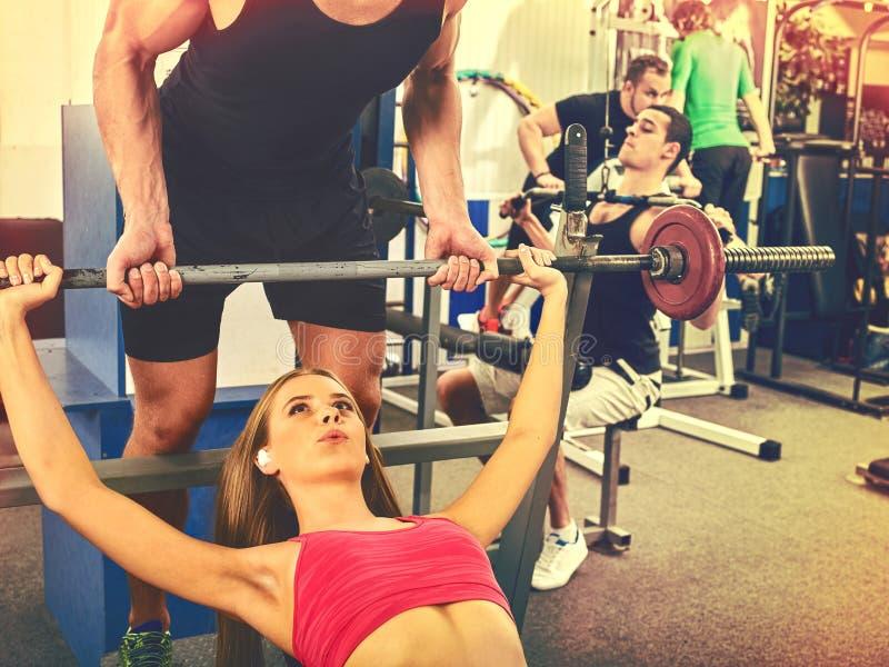 健身朋友锻炼健身房 工作在卧推的妇女 免版税库存照片