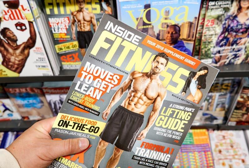 健身杂志在手上 免版税库存图片