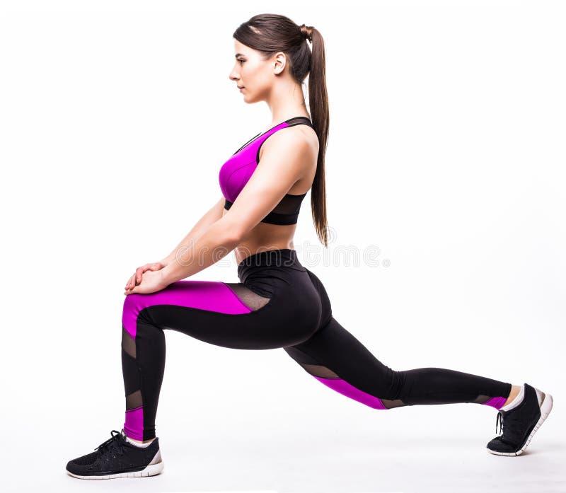 健身炫耀在白色背景隔绝的妇女squating 免版税图库摄影