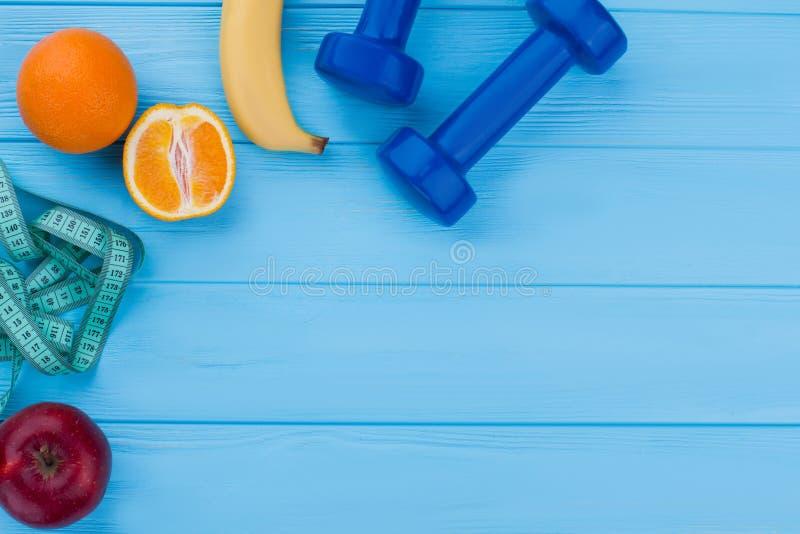 健身设备、果子和拷贝空间 免版税库存图片