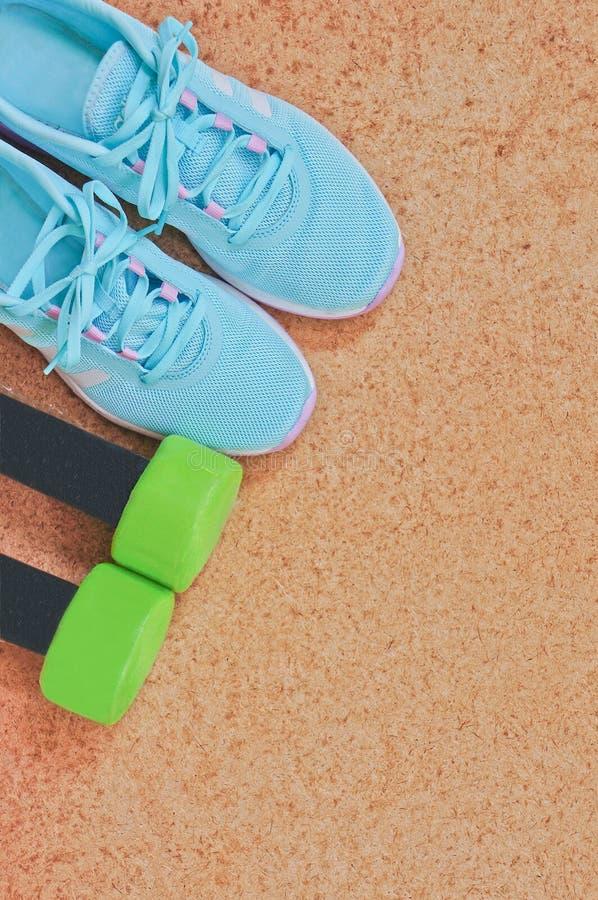 健身设备:运动鞋,哑铃 免版税库存图片