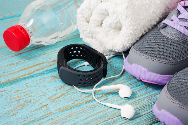 健身设置了与跑鞋和心率显示器 免版税库存照片