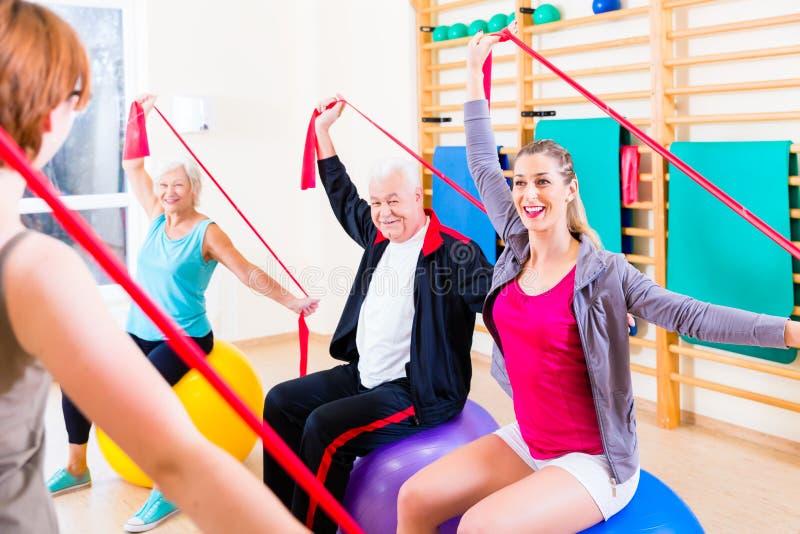 健身路线的资深人在健身房 库存照片