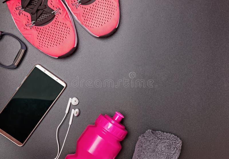 健身辅助部件喜欢运动鞋,瓶用水和其他 免版税库存图片